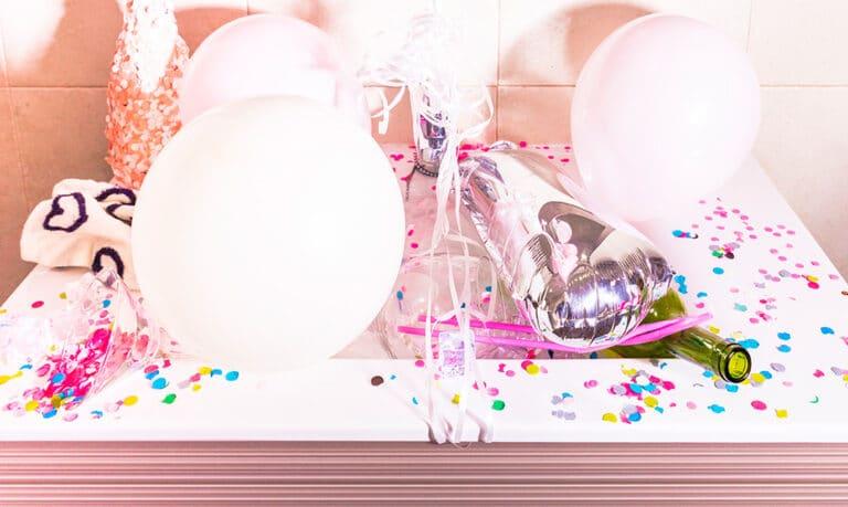 Balony, szampan i kolorowe dodatki imprezowe