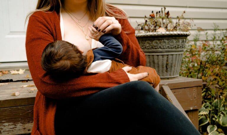 matka karmi dziecko piersią