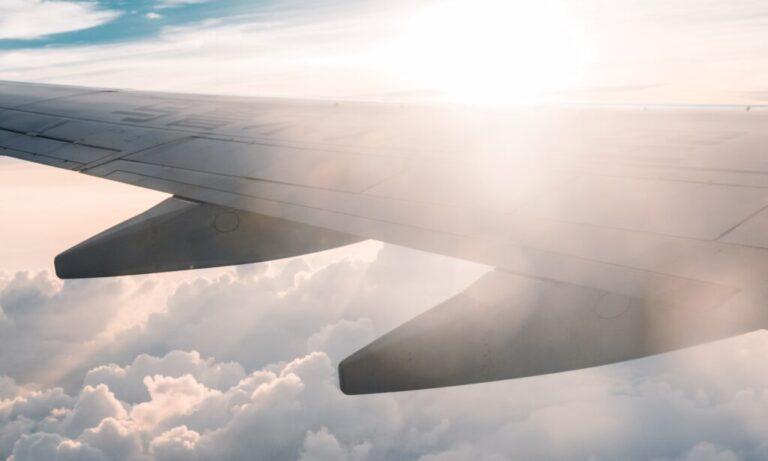 niebo ze skrzydłem samolotu