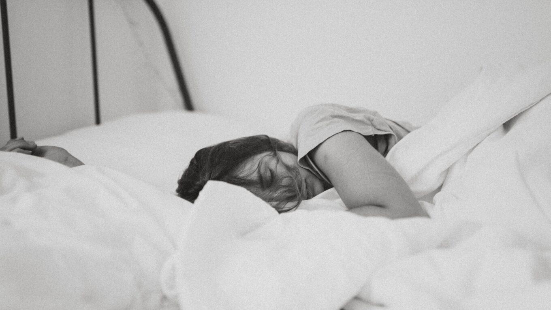 śpiąca kobieta w pościeli