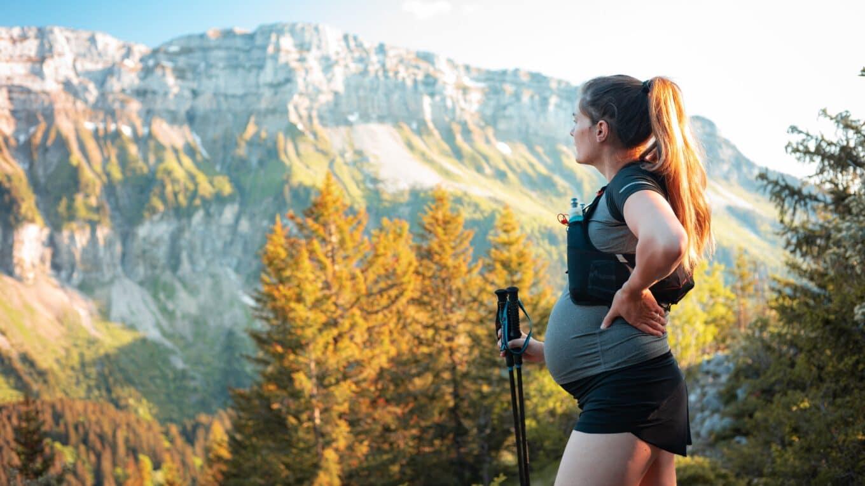 kobieta w ciąży na tle gór