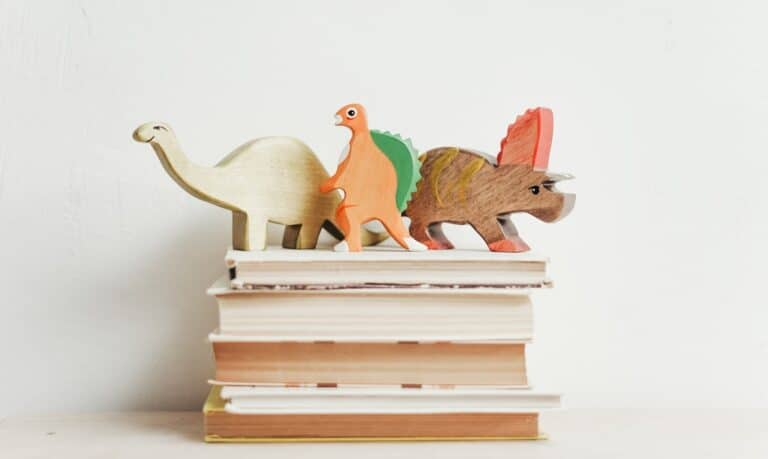 książki i figurki dinozaurów