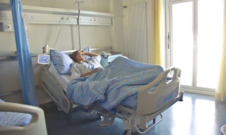 kobieta w szpitalnym łóżku