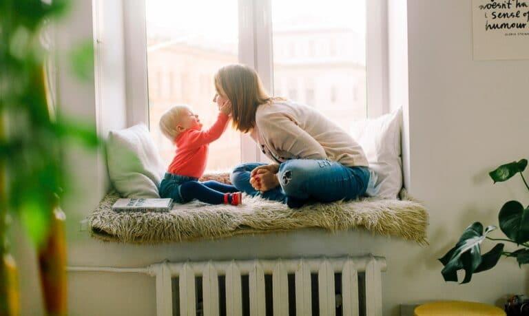 mama z dzieckiem w oknie
