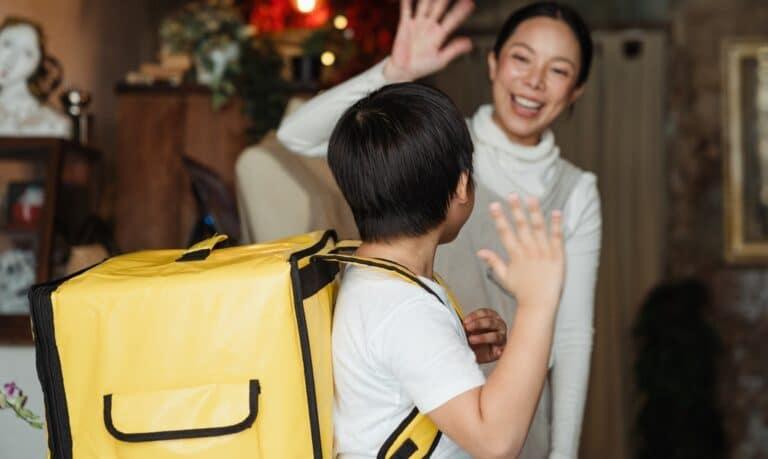 kobieta machająca do dziecka