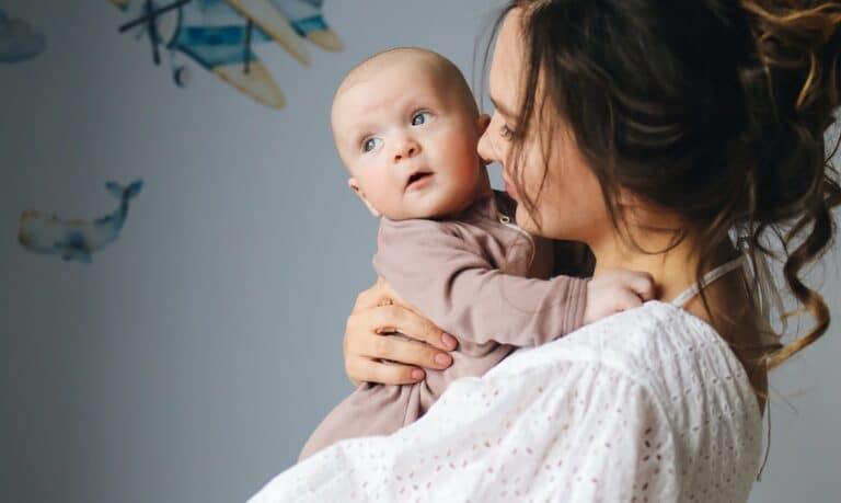 kobieta z dzieckiem na rękach