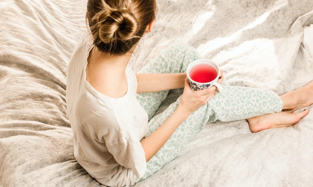kobieta z kubkiem herbaty