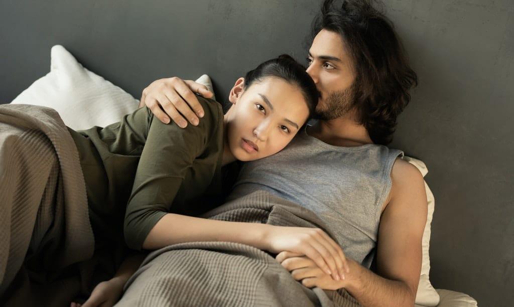 mężczyzna i kobieta na łóżku
