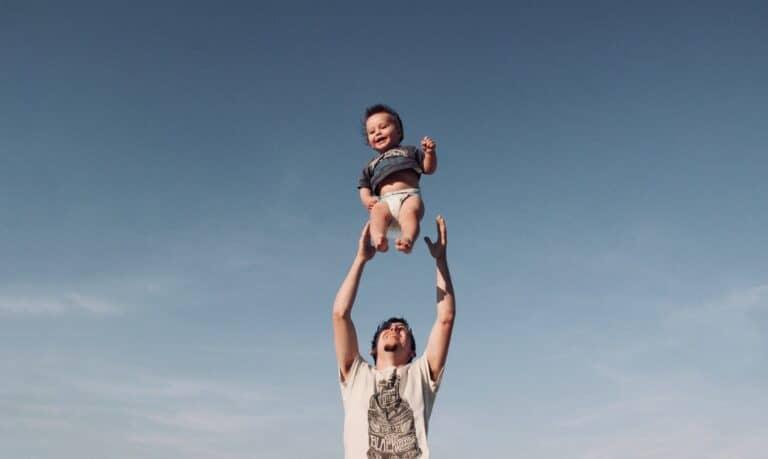 mężczyzna podrzucający dziecko
