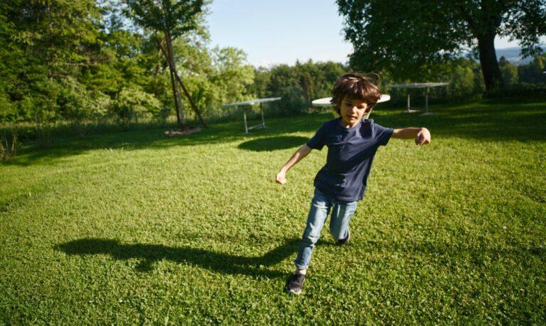 dziecko w ruchu na dworze