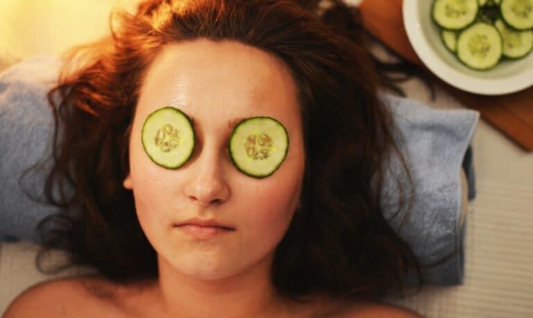 kobieta w spa z ogórkami na oczach