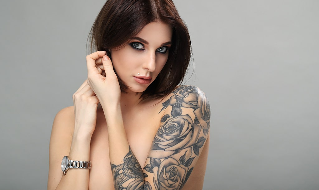 Tatuaż na ramieniu brunetki